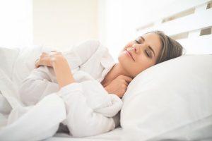 Travesseiros devem ser higienizados com frequência para evitar surgimento de acne e alergias